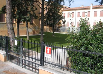 Santarcangelo. Il cortile della scuola Pascucci abbandona le auto per lasciare il posto a fioriere e panchine.
