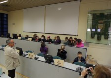 I 'grandoni' della scuola per l'infanzia Piombino fanno visita al Municipio. E si siedono sugli scranni di assessori e consiglieri.