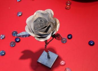 Moro, il ragazzo delle rose. Nel presepe di sabbia, le sue opere d'acciaio