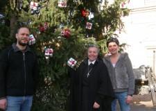 I bambini e l'albero di Natale. I loro messaggi si accendono in piazza