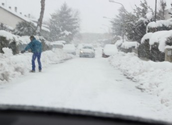 Emergenza maltempo, neve record a Rimini con forti raffiche di vento.