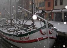 Cesenatico sotto la neve, chiuse le Porte Vinciane. Ed anche le scuole.