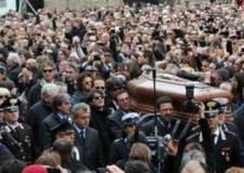 I funerali di Lucio Dalla. E da Bologna, un mazzo di fiori sulla poltrona vuota.