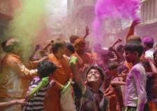 Festa dei colori in India. Benvenuta primavera, addio al male e all'inverno.
