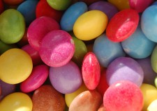 Nestlé. Eliminati conservanti e coloranti artificiali dai dolci. Dagli Smarties alle Crunch.