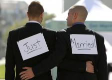 Obama favorevole ai matrimoni gay. 'Dovrebbero avere la possibilità di sposarsi'.