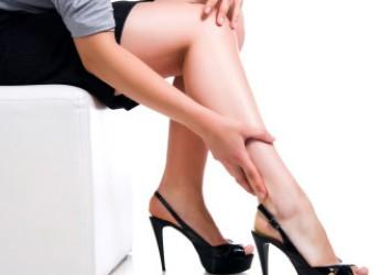 Caldo, quali rimedi per gambe pesanti e stanche? Proviamo con mirtillo e rusco.