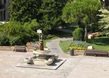 Cervia. Riparato con intervento urgente il bordo marmoreo della fontana di piazza Garibaldi.