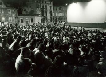 Riccione. Vandali in azione, deturpato con spray nero il mega schermo della rassegna Cinema in Giardino.
