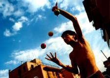 Emilia Romagna. Arte di strada in festa a Cesena: giocolieri, musicisti, ballerini e clown.
