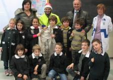 Ravenna. Natale: i bambini affidano le loro lettere ai 'Postini di Babbo Natale'.