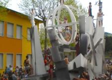 Casola Valsenio. In scena la sfilata dei carri allegorici della Festa di Primavera.