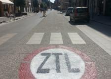 Cesena. Maxi segnali sull'asfalto per segnalare le zone Ztl. Al momento, sono 6 i varchi interessati.
