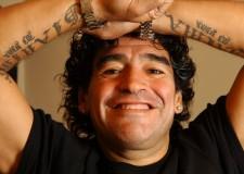Diego Armando Maradona fa il gesto dell'ombrello parlando della sua vicenda con il Fisco italiano. IL VIDEO
