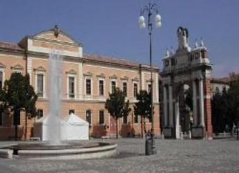 Santarcangelo. Strada chiusa di fronte al municipio per lavori alla fontana in piazza Ganganelli, banchi del mercato spostati.