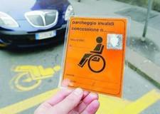 Cesena. In sosta con un passa invalidi fotocopiato. Denunciato a piede libero dalla Polizia Municipale.