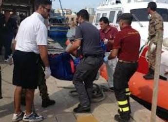 Lampedusa. Letta in ginocchio davanti alla fila di bare. Ma la rabbia dell'isola esplode: 'Vergogna'.