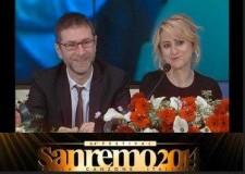 Festival di Sanremo. Luciana 'apre' con la nuova collezione 'Suncoil' di Christa. Piccoli fiori tra i fiori.