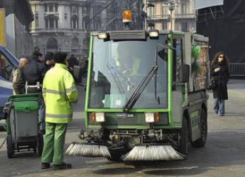 Riccione. Ambiente. Interventi straordinari nei viali alberati ricoperti di aghi per evitare problemi legati alle piogge.
