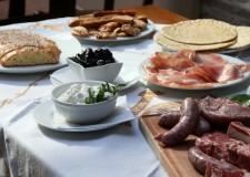 Lugo. Bizzuno. Nel parco del centro civico della frazione nasce la 'cena dei vicini', un momento per conoscersi e socializzare.