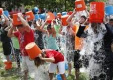 Nuovi costumi. 'Ice Bucket Challenge': prima vittima per la moda della doccia gelata nel Regno Unito.