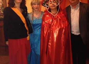 Ravenna. Festa in maschera per raccogliere fondi al Circolo Ravennate dei Forestieri, una serata colorata grazie ai tanti abiti.