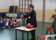 Bellaria Igea Marina. La scuola elementare Ferrarin ha ricevuto un defibrillatore per la palestra donato dal progetto Riminicuore.