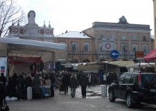 Santarcangelo. Il mercato occuperà ancora il tratto di strada di fronte al Municipio in attesa della rimozione delle transenne adiacenti la fontana ristrutturata.