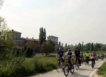 Bagnacavallo. Oltre 100 ciclisti hanno partecipato alla Pedalêda cun la magnêda longa lungo l'argine del fiume Lamone. Si replica il 7 giugno.