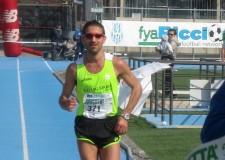 Rimini. Successo per la seconda edizione della Rimini Marathon che ha visto oltre 4.500 atleti e famiglie mettersi alla prova. Il riminese Gianluca Borghesi ha vinto con un tempo di 2 ore e 28 minuti.