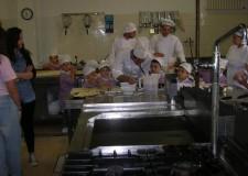 Rimini. Bambini della scuola d'infanzia ospiti dell'istituto alberghiero Malatesta per conoscere il lavoro in hotel tra sala e cucina.