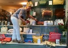 Cervia. Inaugura la mostra diffusa 'Caccia ai tesori', quando l'arte del mosaico entra nelle vetrine dei negozi cervesi.