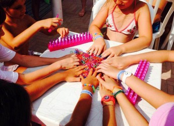 Cattolica. Per tutta l'estate laboratori per realizzare gli elasticolor, gli originali bracciali con gli elastici colorati.
