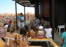 Ravenna. Lettura di 'Libri modificati' per bambini con difficoltà negli stabilimenti balneari. Iniziativa curata dai volontari di 'Nati per leggere'.
