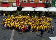 Ravenna. Piazza del Popolo invasa dalle 'magliette gialle', divisa ufficiale dei ragazzi che hanno partecipato al progetto 'Lavori in comune'.