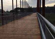 Riccione. Il ponte ciclopedonale di via Massaua è pronto, da domani sarà percorribile. Collega la via al parco fluviale del Rio Melo.