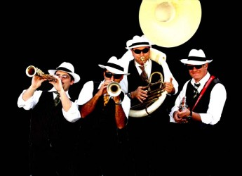 Ferrara. Comacchio. Lido degli Estensi si tinge di dixieland e swing con lo show itinerante della Ambassador Band.