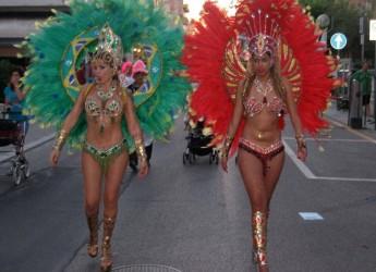Rimini. Viserba. Torna il carnevale estivo per grandi e piccini. Tinte brasiliane per la sfilata in maschera sul lungomare.