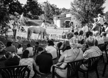 Poggio Torriana. Alla 'fira de mulòin' tante famiglie con bambini, successo di partecipanti alla festa del Mulino Sapignoli tra fruste e cassoni.