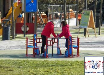 Cervia. Inaugurata la nuova giostra inclusiva per bambini disabili al parco d'Annunzio. Un grazie al gruppo Facebook 'sei di Cervia se…' che ha proposto l'iniziativa