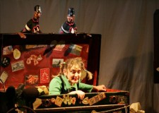 Cesena. Per la rassegna 'Fole e burattini' in scena 'trecce rosse' del Teatro del Drago al Foro Annonario.