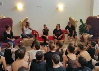 Riccione. I grandi della danza in città per lo stage internazionale Dance Diamonds che si chiude oggi. Incontro appassionato con i giovani allievi.