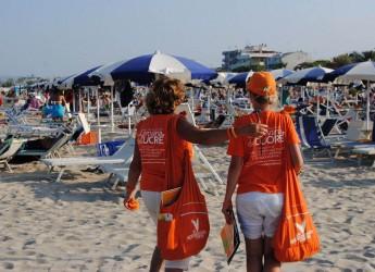 Rimini. La Carovana del cuore della Fondazione Patrizio Paoletti ha toccato le spiagge di Rimini. Le magliette arancioni per promuovere l'educazione.