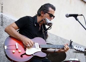 Ravenna. Lido Adriano. Il cantante, armonicista e chitarrista Marco Pandolfi in concerto al Bagno Caesar 222 Beach.