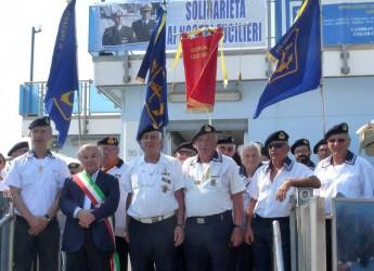 Ravenna. Inaugurato il nuovo striscione di solidarietà ai due 'marò', Girone e Latorre, all'esterno della sede dell'associazione Marinai d'Italia.