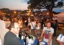 Cesenatico. Piazza Ciceruacchio sul leonardesco porta canale ospita la prima edizione dell'evento 'Cozze e bollicine'.