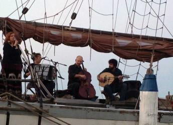 Cesenatico. In piazza delle Conserve il concerto del gruppo 'Galere di Fiandra e di Siria'. Un viaggio lungo le antiche rotte mercantili delle navi veneziane.