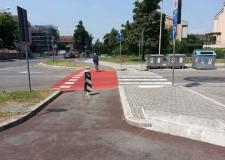 Cesena. Nuova segnaletica per le piste ciclabili e ciclopedonali. Il rosso è il colore della sicurezza per ciclisti e pedoni cesenati.