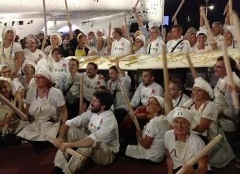 Forlimpopoli. Trenta Mariette di Casa Artusi hanno lavorato per realizzare la pasta sfoglia da record lunga 60 metri.