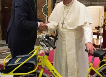 Bologna. Le Poste Italiane hanno donato a Papa Francesco una bicicletta ecologica del portalettere.